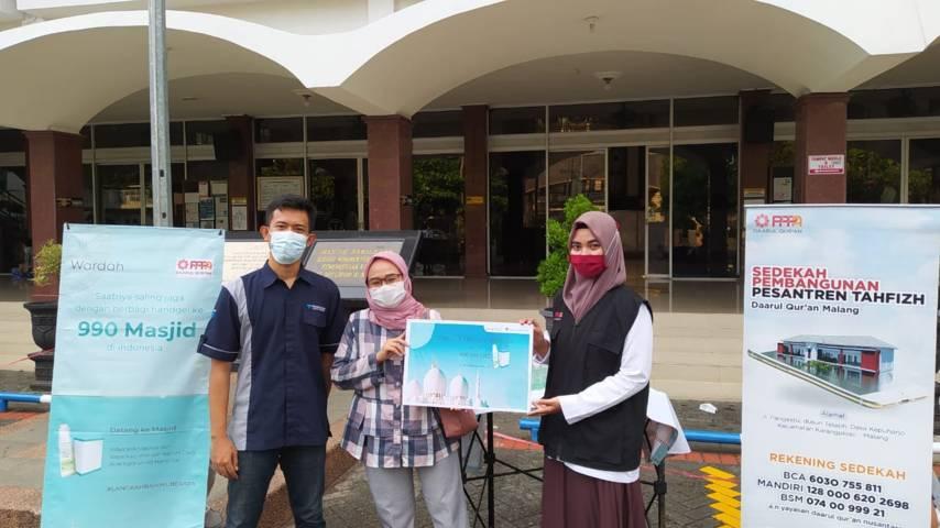 Market Development Team Wardah Malang bersama PPPA Daarul Quran saat aksi bagi hand gel gratis di Masjid Sabilillah Kota Malang, Senin (10/5/2021). (Foto:Azmy/Tugu Jatim)