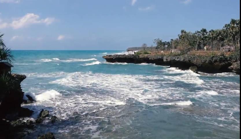 Wisatawan juga bisa menikmati pantai di Pulau Giliyang. (Foto: YouTube Lively Rutasty/Tugu Jatim)