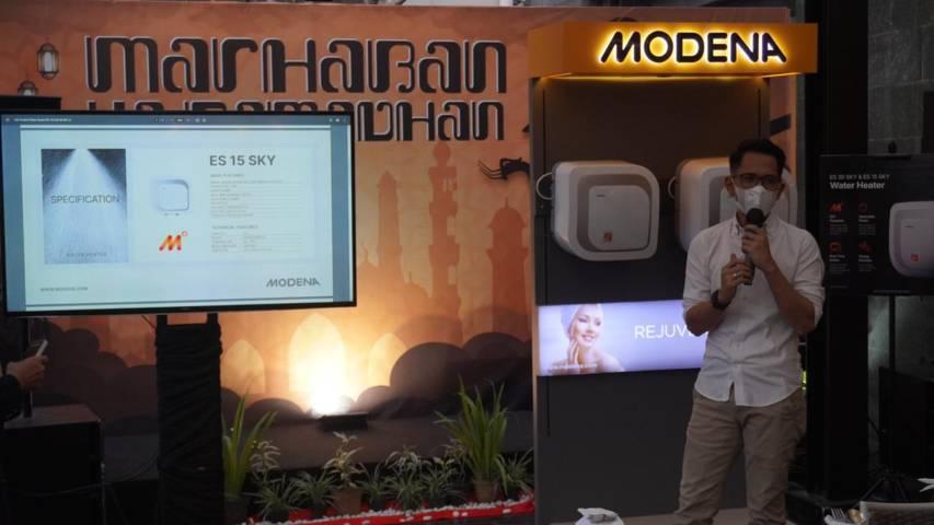 Suherman Baslim, Product Manager Modena, saat menjelaskan tentang produk terbaru. (Foto: Istimewa/Tugu Jatim)