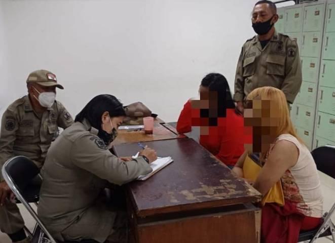 Petugas Satpol PP Kota Malang saat melakukan assessment kepada pekerja seks dan waria yang terjaring patroli malam. (Foto:Satpol PP Kota Malang/Tugu Jatim)