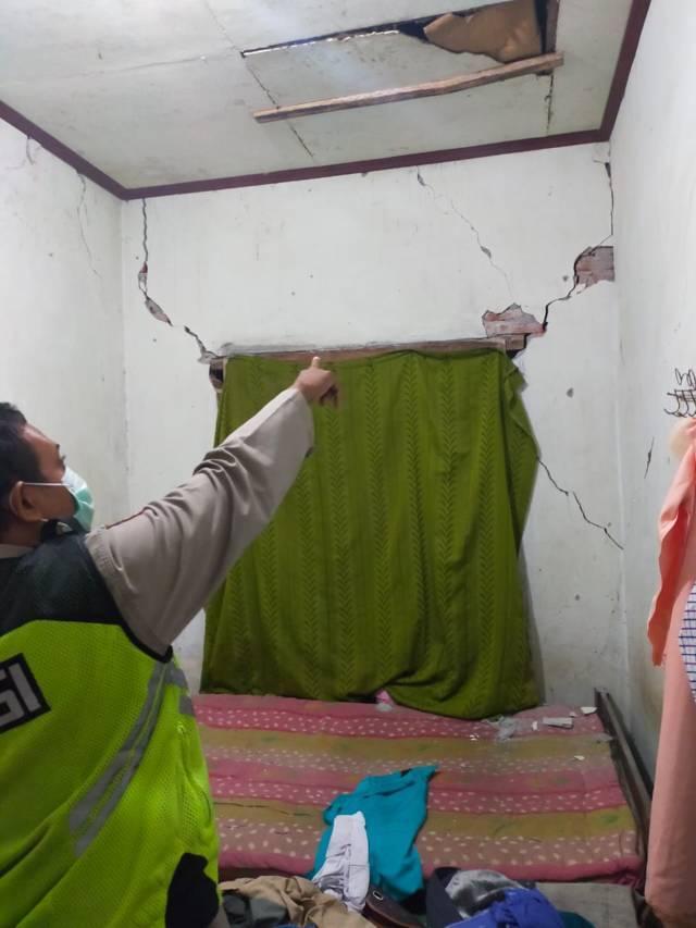 Rumah warga di Kabupaten Blitar yang retak temboknya akibat gempa Blitar yang terjadi pada Jumat malam (21/05/2021). (Foto: Dokumen/Tugu Jatim)