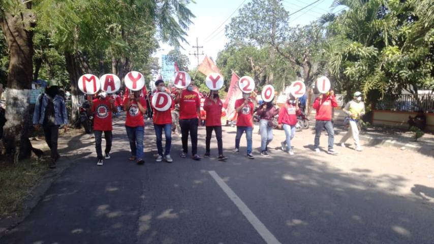 Memperingati Hari Buruh dan May Day oleh serikat buruh dan organisasi ekstrakampus mahasiswa di depan Disnaker Provinsi Jatim, Sabtu (01/05/2021). (Foto: Rangga Aji/Tugu Jatim)