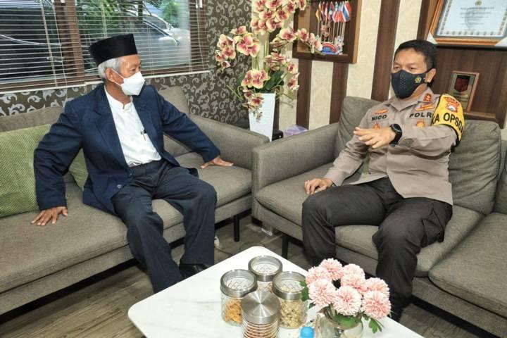 Kapolda Jatim Irjen Pol Dr Nico Afinta silaturahmi dengan Ketua PW Muhammadiyah Jatim Saad Ibrahim Jumat (21/05/2021).(Foto: Polda Jatim/Tugu Jatim)