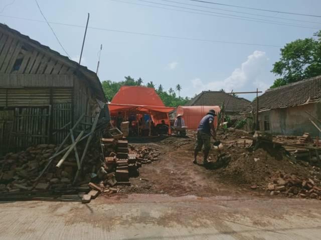 Warga tampak membetulkan rumahnya secara mandiri. (Foto: Rap/Tugu Jatim)