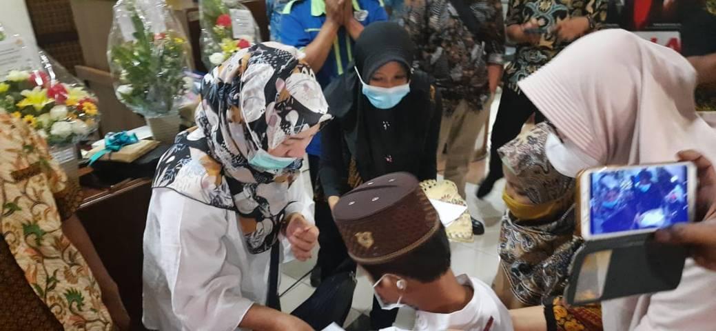 Peringati Hari Buruh Internasional dengan menyantuni anak yatim. (Foto: Nurhayati/Tugu Jatim)