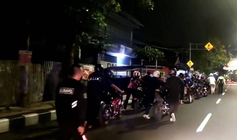 Sejumlah pembalap liar yang diamankan tampak mendorong sendiri motor mereka dengan berjalan kaki dari Jalan Ahmad Yani ke Mapolresta Malang Kota Sabtu (08/05/2021). (Foto:Satlantas Polresta Malang Kota/Tugu Jatim)