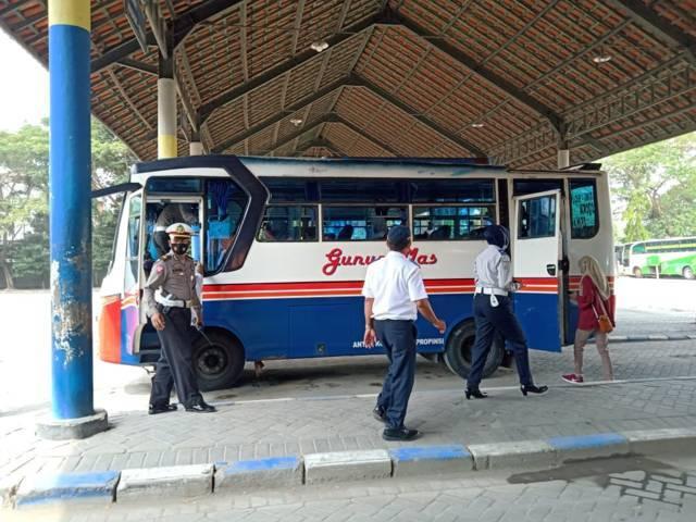 Aktivitas di Terminal Rajekwesi Bojonegoro. (Foto: Mila Arinda/Tugu Jatim)