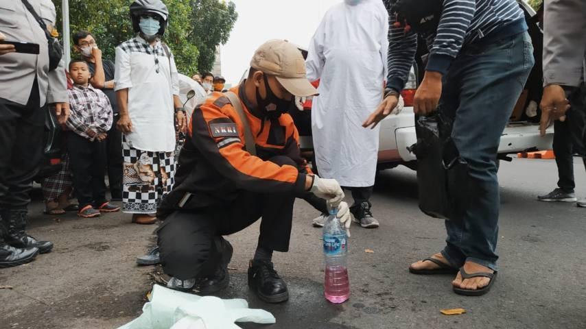 Petugas sedang mengamankan barang bukti minuman bersuplemen. (Foto: Azmy/Tugu Jatim)