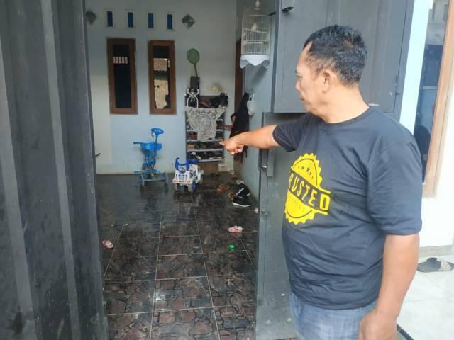 Bapak mertua dari korban menunjukkan lokasi kejadian tindak kriminal di Jalan Sekarpuro, Kecamatan Pakis, Kabupaten Malang. (Foto:Istimewa/Tugu Jatim)