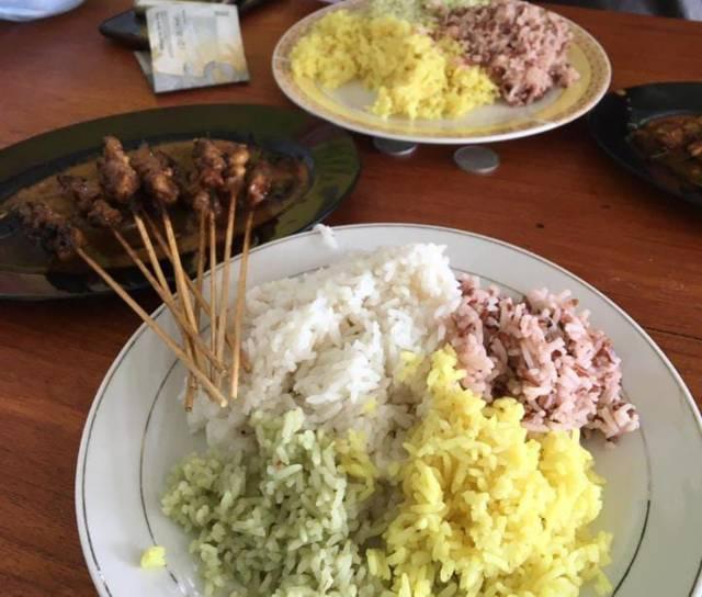 Warung Al-Mubarok yang menyajikan nasi pelangi dan berbagai macam olahan sate. (Foto: Mila Arinda/Tugu Jatim)