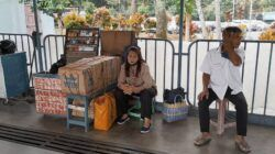Diah Wilujeng, seorang pedagang rokok di Terminal Arjosari, yang tetap semangat berjualan meski sepi aktivitas di terminal. (Foto: Azmy/Tugu Jatim)