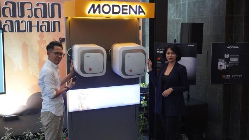 Product Manager Modena Suherman Baslim menunjukkan produk anyar water heater berteknologi IoT yang bisa diatur otomatis lewat gadget. (Foto: Istimewa/Tugu Jatim)
