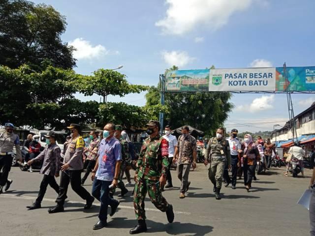 Wakil Wali Kota Batu Punjul Santoso saat meninjau Pasar Besar Kota Batu.(Foto: Sholeh/Tugu Jatim)