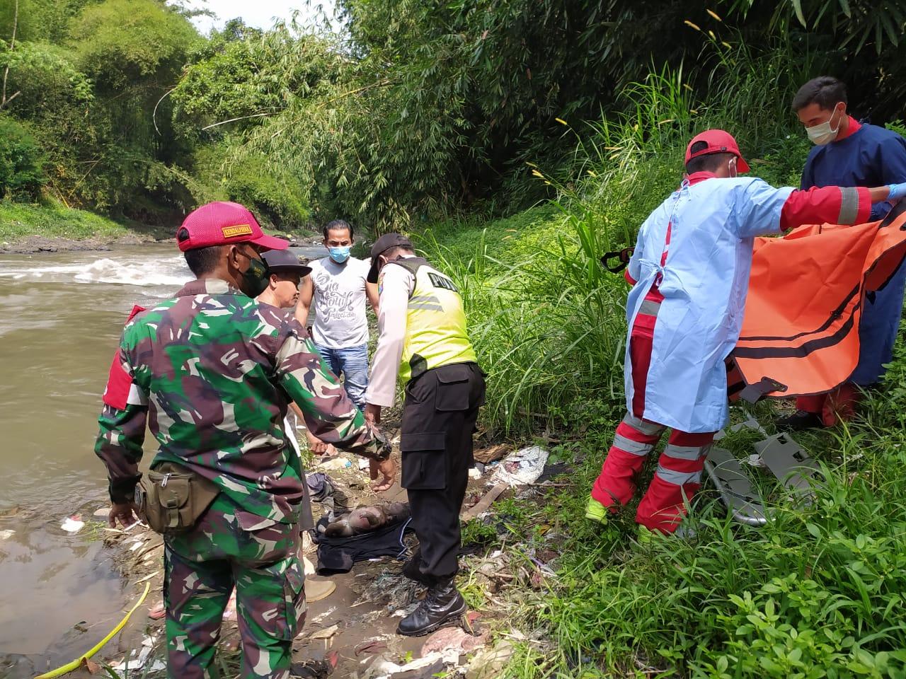 Proses evakuasi mayat bayi di Sungai Brantas. (Foto: Polsek Pakisaji/Tugu Jatim)