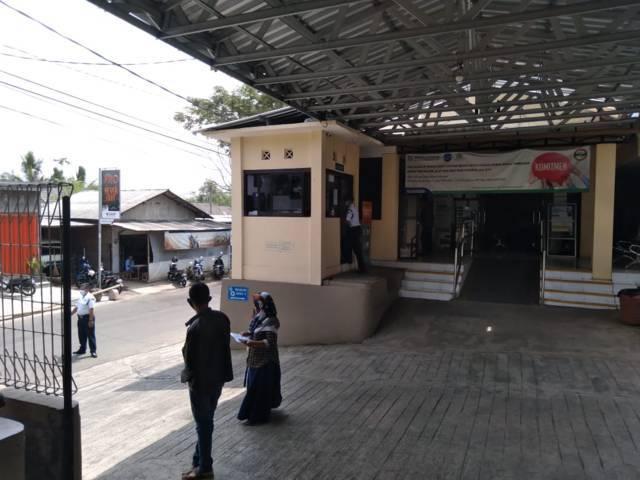 Security di Rumah Sakit Hasta Husada Kepanjen tak memperbolehkan memfoto keluarga korban pembakaran. (Foto: Rap/Tugu Jatim)