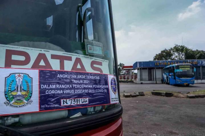 Bus patas yang masih beroperasi tampak satu-dua lalu-lalang di Terminal Arjosari Malang. (Foto: Bayu Eka/Tugu Malang/Tugu Jatim)