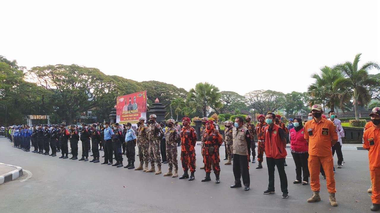 Petugas gabungan di Kota Malang siap membubarkan kegiatan takbir keliling untuk cegah Covid-19 semakin menyebar. (Foto: Azmy/Tugu Jatim)