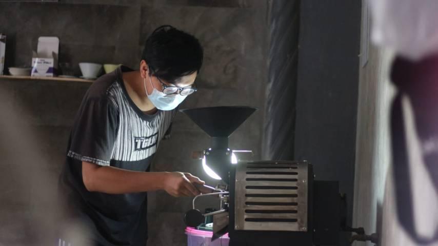 Farid Rifai tampak memproses kopi untuk pengunjung. (Foto: Zamz/Tugu Jatim)