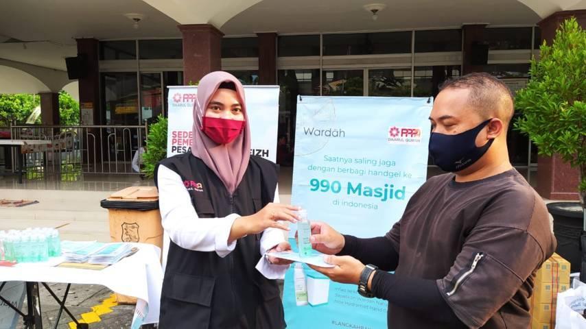 Wardah Malang bagi-bagi produk Nature Daily Aloe Hydramild Hand Gel kepada para jamaah Masjid Sabilillah Kota Malang Senin (10/05/2021). (Foto:Azmy/Tugu Jatim)