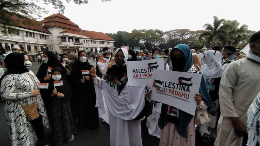 Semua kalangan, baik laki-laki maupun perempuan datang melakukan aksi untuk mendukung Palestina. (Foto:Azmy/Tugu Jatim)