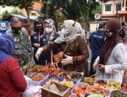 Peduli kepada Pedagang, Ketua Persit Kodim 0819 Pasuruan Borong Makanan dan Bagi-Bagi Takjil kepada Warga