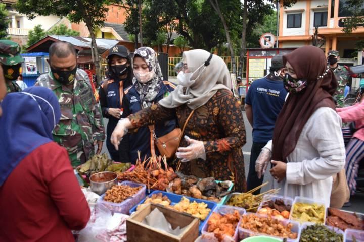 Ketua Persit KCK Cabang XXXIIII Kodim Pasuruan Dini Nyarman yang didampingi Wakil Ketua Santi Ridwan bersama pengurus dan anggotanya saat berburu makanan Ramadhan. (Foto: Dok/Tugu Jatim)