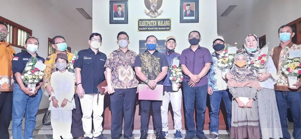 Perwakilan dari serikat buruh di Kabupaten Malang foto bersama setelah diberikan kejutan. (Foto: Nurhayati/Tugu Jatim)