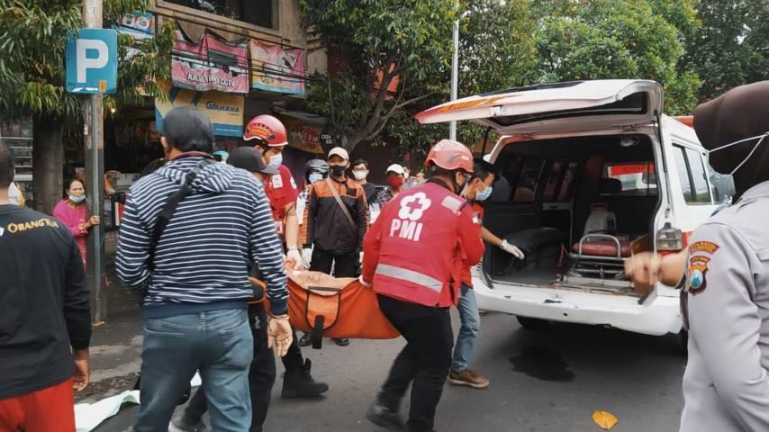 Korban tewas dibawa menuju mobil ambulans untuk diselidiki lebih lanjut. (Foto: Azmy/Tugu Jatim)
