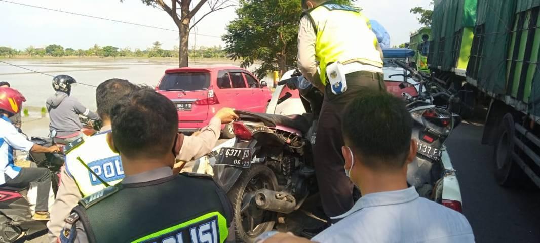 Kemacetan sempat terjadi saat polisi di TKP. (Foto: Rochim/Tugu Jatim)