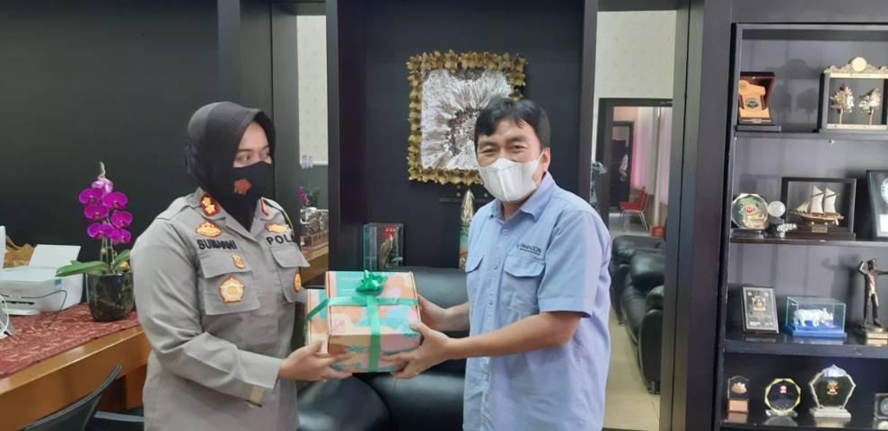 CEO Paragon Technology and Innovation Salman Subakat memberikan cenderamata kepada Kapolres Sukabumi Kota AKBP Sumarni Guntur Rahayu SIK SH MH.(Foto: Nurcholis MA Basyari/Tugu Media)
