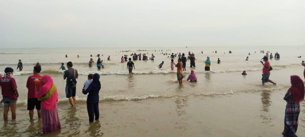 Ratusan warga sedang mandi barsama di Pantai Desa Gesikharjo, Kecamatan Palang, Kabupaten Tuban. (Foto: Rochim/Tugu Jatim)