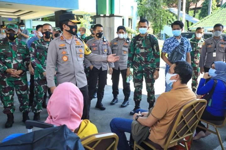 Forum Komunikasi Pimpinan Daerah (Forkopimda) Jawa Timur meninjau repatriasi Pekerja Migran Indonesia (PMI) yang masuk wilayah Jawa Timur di Terminal 2 Bandara Juanda Sidoarjo, Sabtu (01/05/2021). (Foto: Polda Jatim/Tugu Jatim)