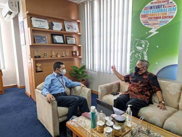 Pakar Komunikasi dan Motivator Nasional Dr Aqua Dwipayana dan Pemimpin BRI Cabang Kelapa Gading Arully Irsan sedang bercengkerama. (Foto: Dokumen/Tugu Jatim)
