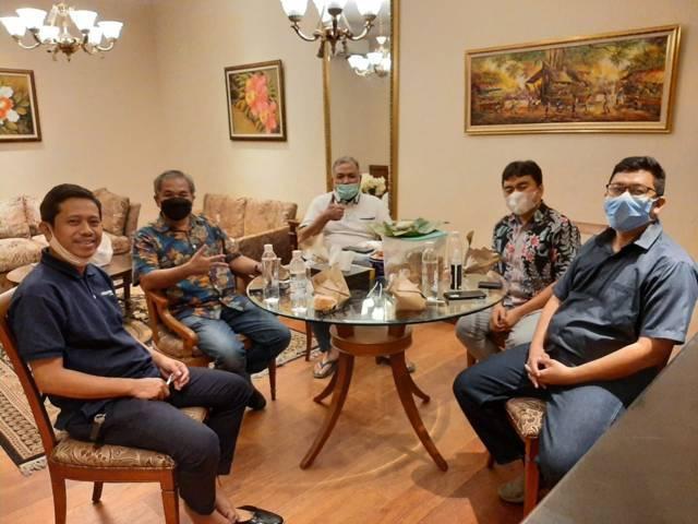 Pakar Komunikasi dan Motivator Nasional Dr Aqua Dwipayana, mantan Pangdam IV/Diponegoro Mayjen TNI Purn Sunindyo, dan CEO Paragon Salman Subakat foto bersama. (Foto: Dok/Tugu Jatim)