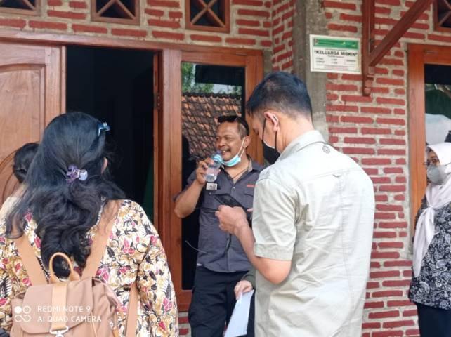Kepala Bidang Penanganan Fakir Miskin Dinsos Provinsi Jatim Sapto didampingi Dinsos Provinsi dan camat Plumpang mengunjungi KPM yang enggan mengembalikan bantuan telur yang busuk kepada agen. (Foto: Dokumen/Tugu Jatim)