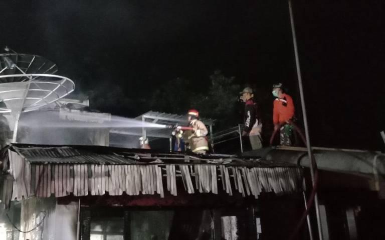 Petugas pemadam kebakaran masih melakukan pembasahan di TKP. (Foto: Zamz/Tugu Jatim)