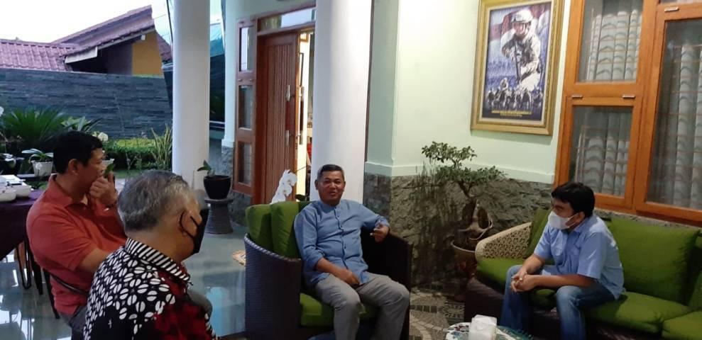 CEO Paragon Technology and Innovation Salman Subakat saat silaturahim ke Mantan Wakasal Laksamana Madya TNI Achmad Taufiqoerrochman dan nyonya di Sukabumi, Selasa (04/05/2021). (Foto: Nurcholis MA Basyari/Tugu Jatim)