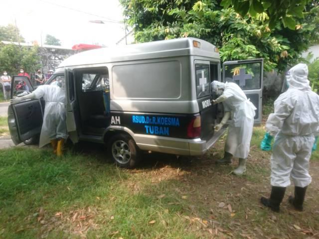 Petugas BPBD membawa korban dengan menggunakan mobil ambulans. (Foto: Dok Humas BPBD Tuban/Tugu Jatim)