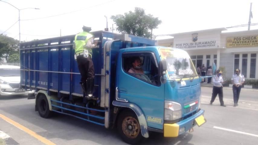Petugas kepolisian memeriksa secara ketat kendaraan yang melintas.(Foto: Rangga Aji/Tugu Jatim)