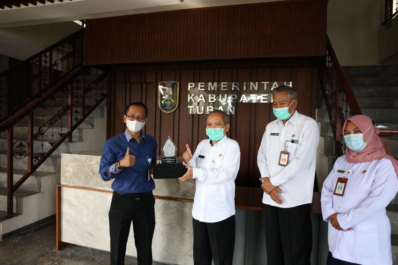 Sekretaris Daerah Kabupaten Tuban, Dr. Budi Wiyana saat menerima penghargaan dari Kepala Kantor BPJS Ketenagakerjaan Cabang Tuban. (Foto: Humas Pemkab Tuban)