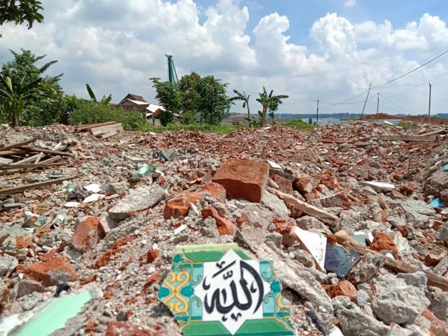 Musala Al-Ukhuwah di Dusun Bedrek, Desa Grogol, Kabupaten Kediri yang kini rata dengan tanah karena adanya proyek pembangunan Bandara Kediri. (Foto: Rino Hayyu Setyo/Tugu Jatim)
