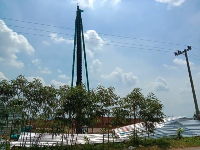 Crane paku bumi di tempat pembangunan proyek Bandara Kediri. (Foto: Rino Hayyu Setyo/Tugu Jatim)