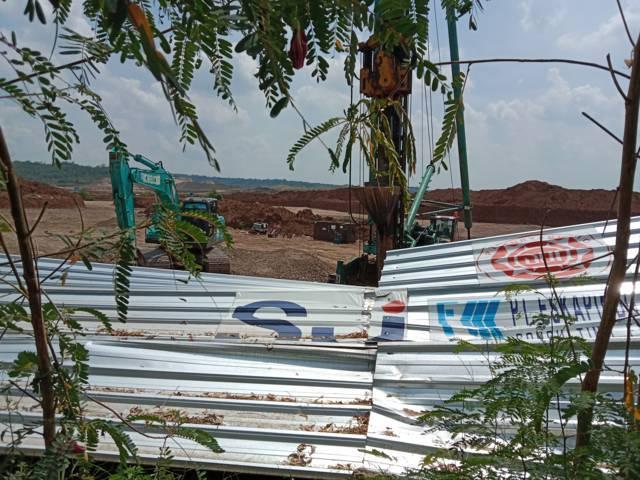 Pagar seng pembatas di area pembangunan proyek Bandara Kediri, (Foto: Rino Hayyu Setyo/Tugu Jatim)