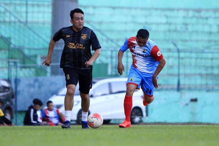 Duel keras antara pemain NZR Red Bold Arema Legend dan Persema Malang Reborn. (Foto: Dani Kristian Wardhana/Tugu Jatim)