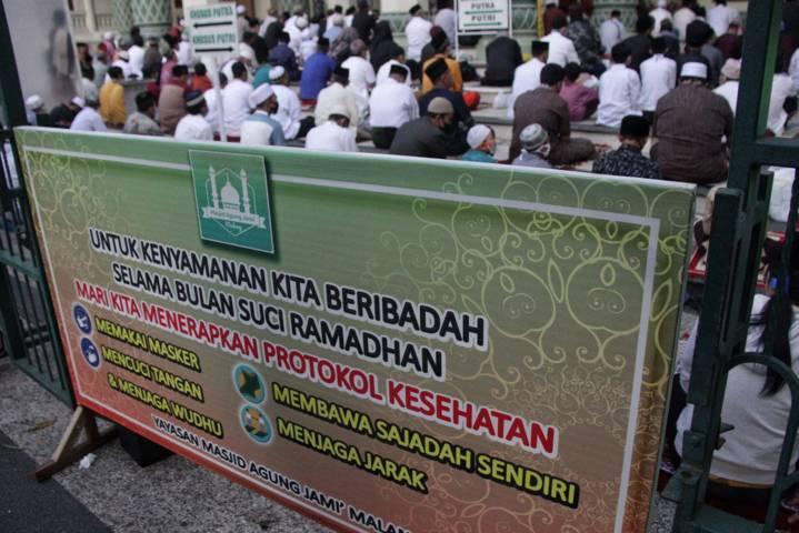 Imbauan menerapkan prokes di Masjid Jami' Kota Malang. (Foto: Rubianto/Tugu Jatim)