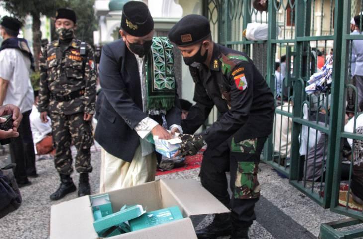 Petugas menyiapkan masker untuk jamaah Masjid Jami' Kota Malang. (Foto: Rubianto/Tugu Jatim)