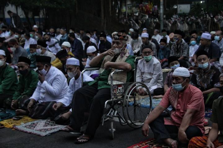 Salat Idul Fitri di Alun-Alun Kota Malang yang tetap menerapkan prokes. (Foto: Rubianto/Tugu Jatim)