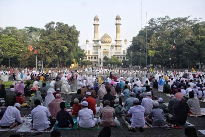 Salat Idul Fitri di Masjid Jami' Kota Malang yang meluber hingga ke alun-alun, Kamis (13/05/2021). (Foto: Rubianto/Tugu Jatim)