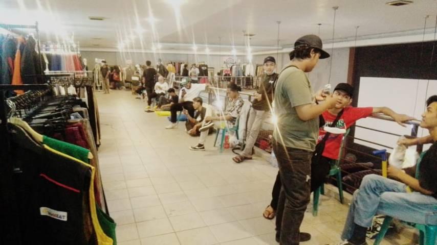 """Banyak penjual baju """"thrift"""" yang ada di event """"Baju Bosan"""".(Foto: Rangga Aji/Tugu Jatim)"""