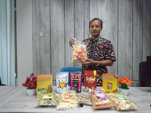 Sutikno, pria asal Desa Bojo, Kecamatan Kapas, Kabupaten Bojonegoro, ini menjual aneka makanan ringan dari dedaunan. (Foto: Mila Arinda/Tugu Jatim)